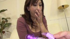 女性専用大人のおもちゃを試す五十路熟女