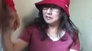 素人おばさんに高額アルバイトと称してフェラチオをしてもらう動画